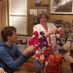 Участники программы, посвященной русским народным традициям, смастерили тряпичных кукол