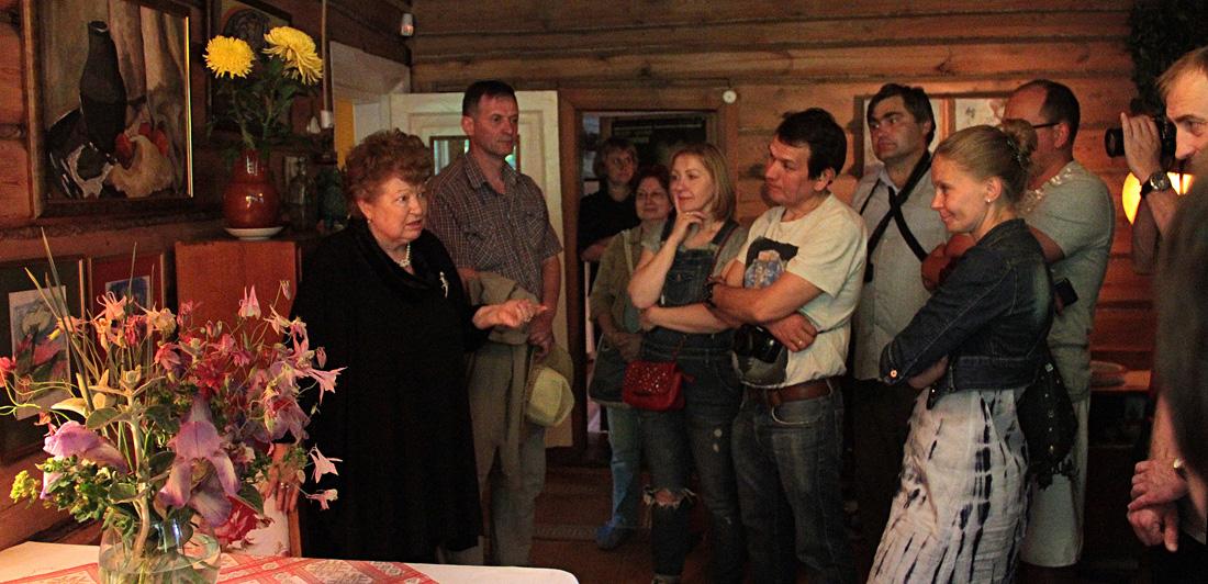 Галина Арбузова проводит экскурсию