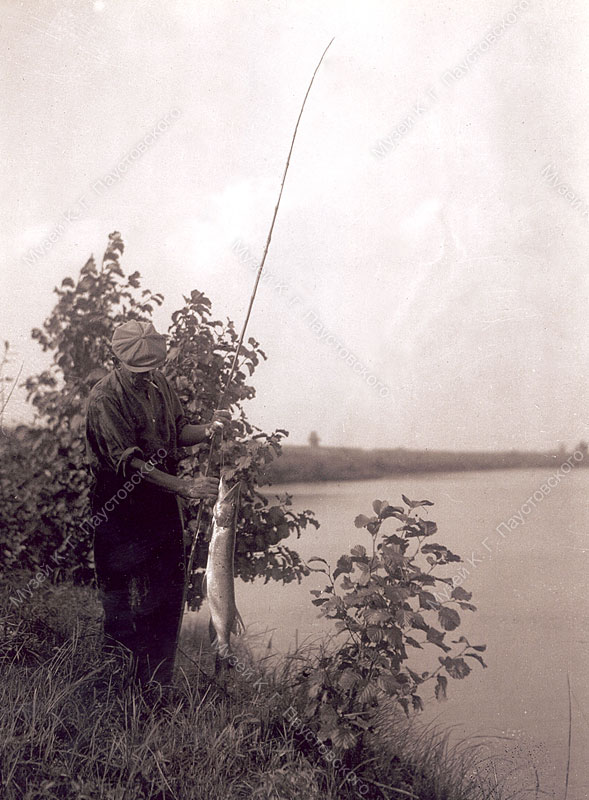 Паустовский с рыбой в руках