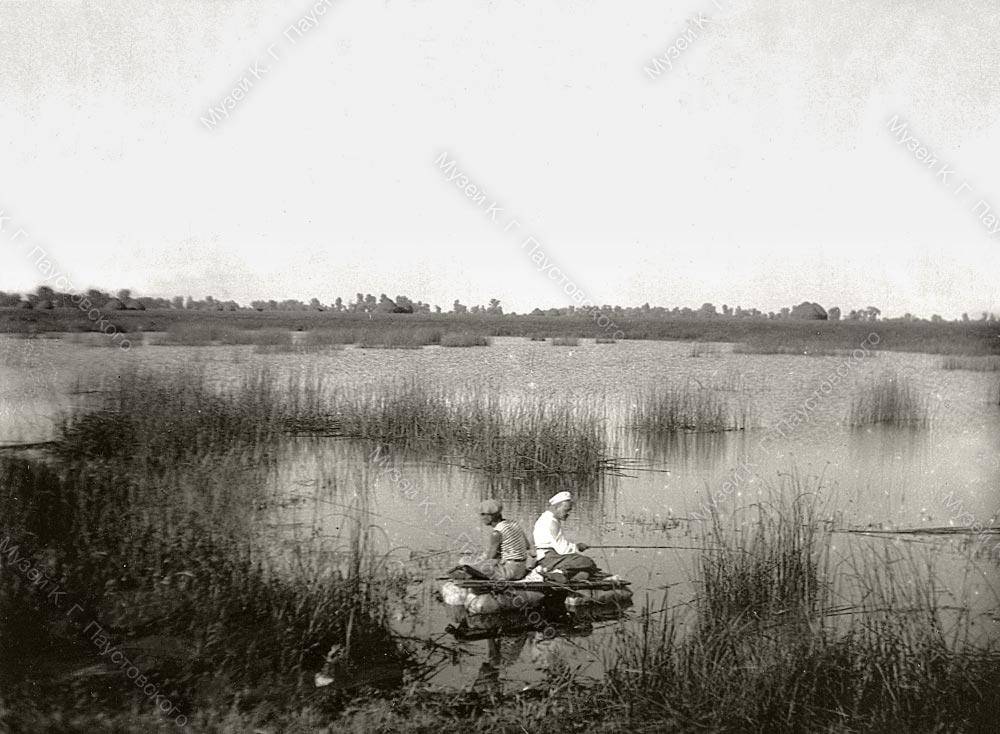 К. Паустовский с А. Гайдаром на рыбной ловле. Солотча, 1930-е гг.