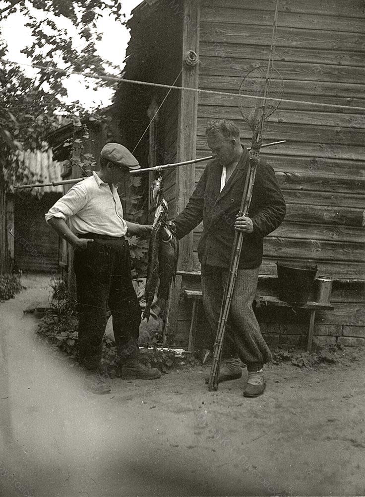 Р. И. Фраерман и А. П. Гайдар у дома в Солотче.
